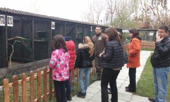 Библиотекари и група деца се запознаха днес с обитателите на Спасителния център.